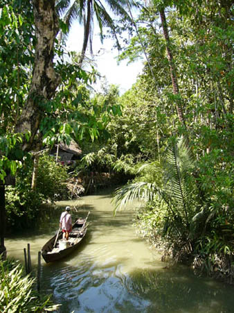 ダビンジャウン村の中を流れる小川