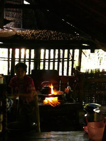 村の家@台所で料理を作っている