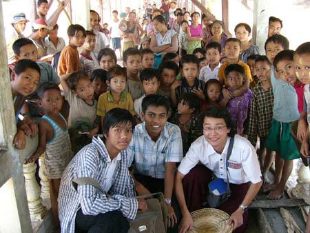 ミョハウン村(旧都村)の子供たちと共に