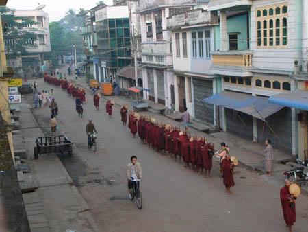 朝6時の托鉢僧の列
