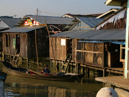 周辺村から市街地へ小舟で買い物に