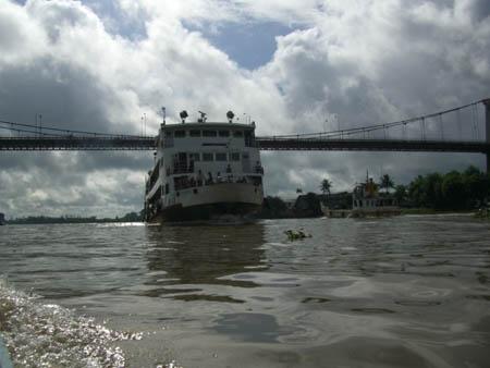 乗客船とミャウンミャ橋