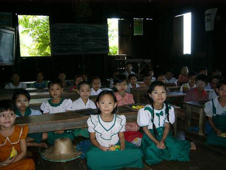 ダビンジャウン村小学校の生徒たち