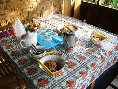 朝ご飯のデレーカウスエー(ミャウンミャ固有の中華緬)