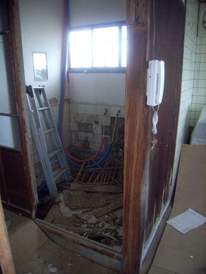 五右衛門風呂だった浴室の壁を崩したところ