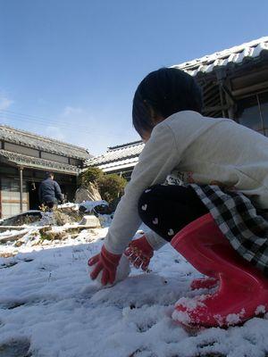 古民家の庭で雪遊び