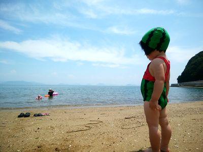 スイカ海水浴に行く