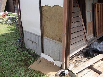 母屋トイレ横壁剥がれ