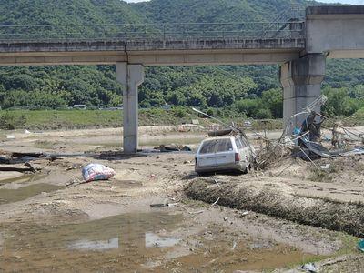 井原鉄道高架下と小田川支流