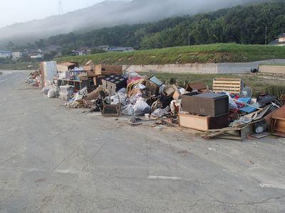 粗大ごみの山が通りに積みあがっていく