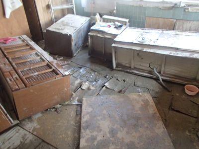 散乱している台所
