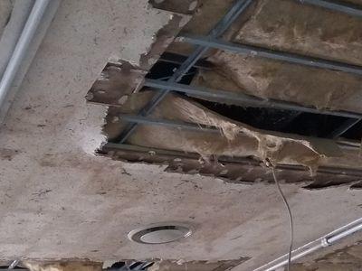 天井も浸水して一部抜けている