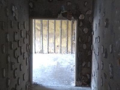 モルタルの塊が壁一面に