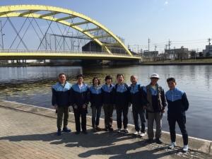 川を背景に集合写真