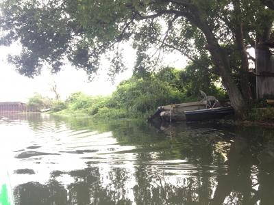 水路の廃船