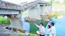 崩壊した橋を視察する(左から)高橋、仁比、藤本の各氏=2010.07.26、山口・山陽小野田市