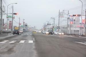 都城市内の道路。つもった灰でセンターラインもみえず危険な状況も