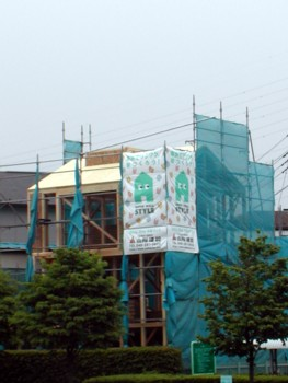 「SWパネル取付け中」と「築8年目を迎えるSW工法住宅」1