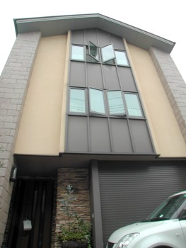 「SWパネル取付け中」と「築8年目を迎えるSW工法住宅」2