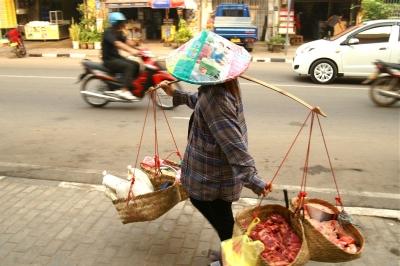 肉や野菜を売り歩くビエンチャンのおばさん