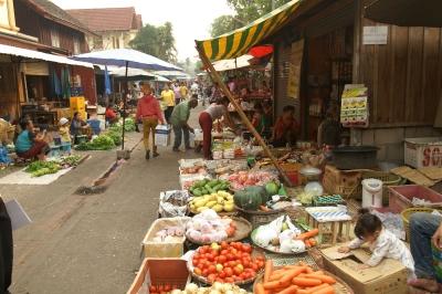 ルアンパバーンの朝市場通り
