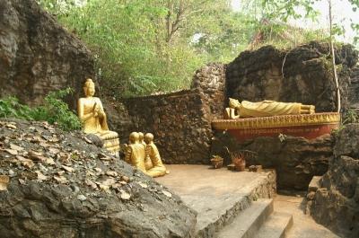 プーシー、釈迦像と涅槃像