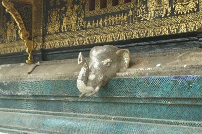 ワット・シェントーン、日本人から贈呈されたという象の装飾