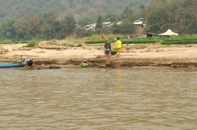 メコン川で野菜を洗う人たち