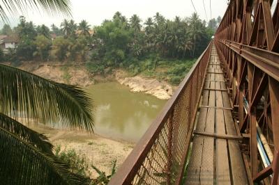 カーン川に掛かる橋の歩道