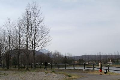 軽井沢の池と浅間山