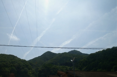 空に縦縞模様を描くベル、その1