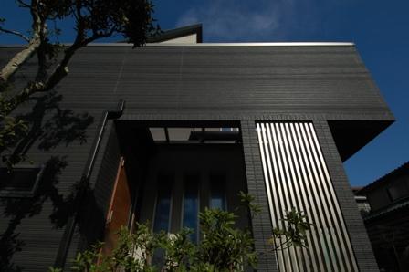 090326K様邸09道路からポーチ屋根を見る