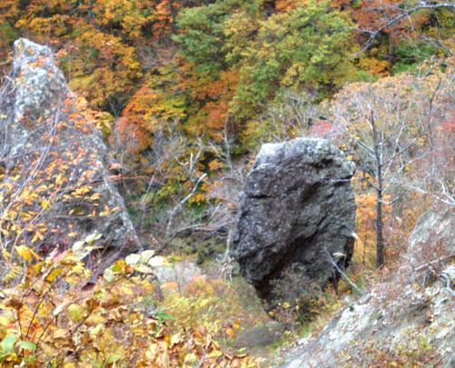 茂庭の紅葉・人面岩遠景