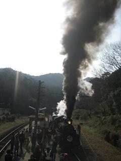 爆煙の蒸気機関車