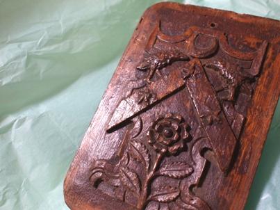 アンティークの木彫り(紋章)