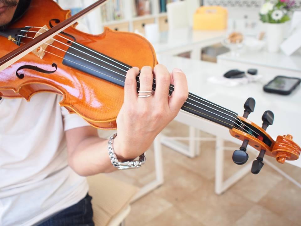 カリグラフィーでバイオリン作家のラベルデザイン