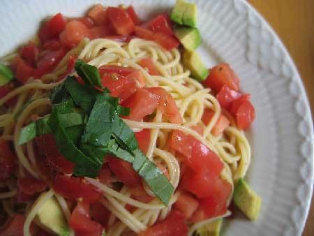 トマトとアボガドたっぷりパスタ