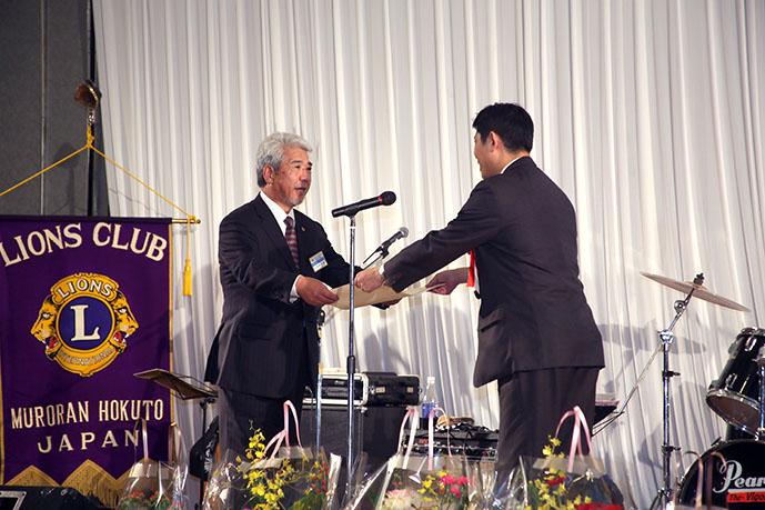 永井会長より青山市長へ益金を贈呈