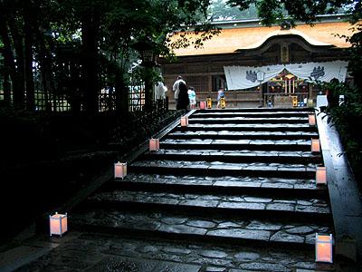 開演前:石段に並ぶ行灯