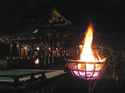 上演後:篝火と本殿