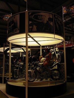 2005年ミラノショー会場にて。上方に注視!