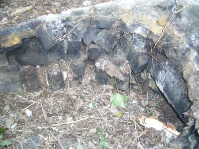 「遺跡」の様な五右衛門風呂の基礎を館山市布良に発見。内部構造がとても参考になる