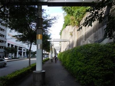 センター北駅東口道路の壁アート