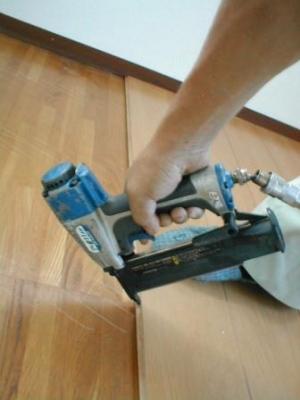 床重ね貼り補修06貼り込み後の釘撃ち.JPG