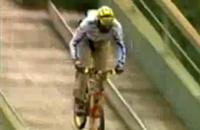 スキーのジャンプ台から自転車でジャンプ