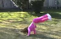アクロバットな技を披露する5歳の少女