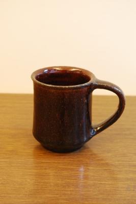 小澤基晴 作黒飴釉マグカップ ¥2.940- 懐が深く引き寄せられるような美しいマグカップです。  個人的なことですが、夏でも毎日ホットコーヒーをハンドドリップで淹れる ...