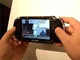 PSP:持った感じはけっこう横長。大きく感じる。操作性はよさげ。