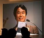 ニンテンドーDS「ニンテンドッグス」をうれしげに紹介する宮本氏