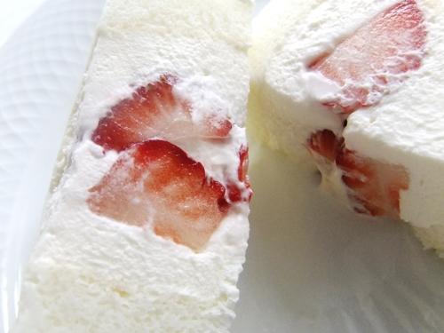 白いロールケーキ・いちご
